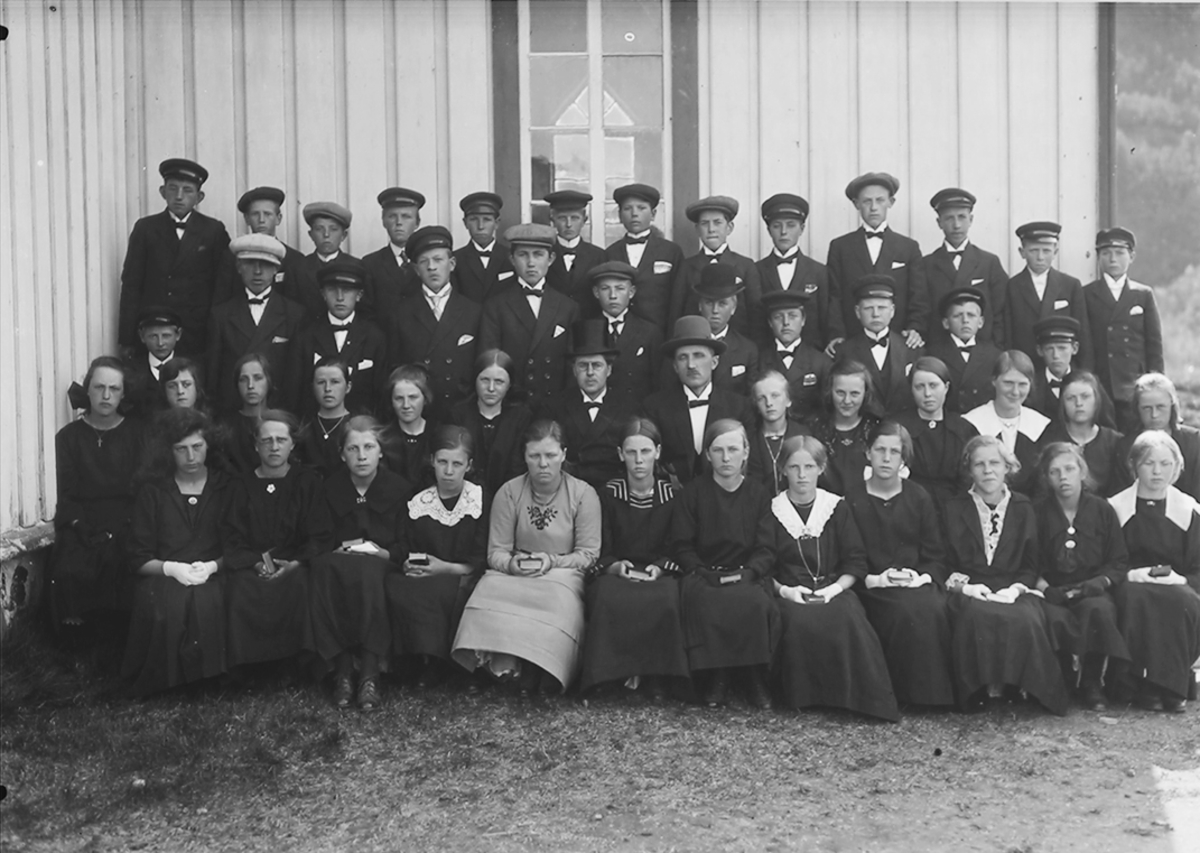 Gruppebilde. Konfirmasjon. Konfirmantene står ved kirkeveggen.Beiarn.1923.