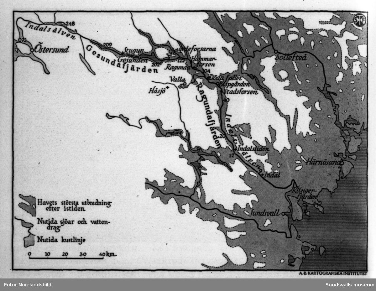 Reprofoton av kartor och skisser som åskådliggör Indalsälvens lopp havets utbredning och landhöjningen före och efter Vildhussens härjningar 1796, då Ragundasjön tömdes, Storforsen blev Döda fallet och Hammarforsen bildades.