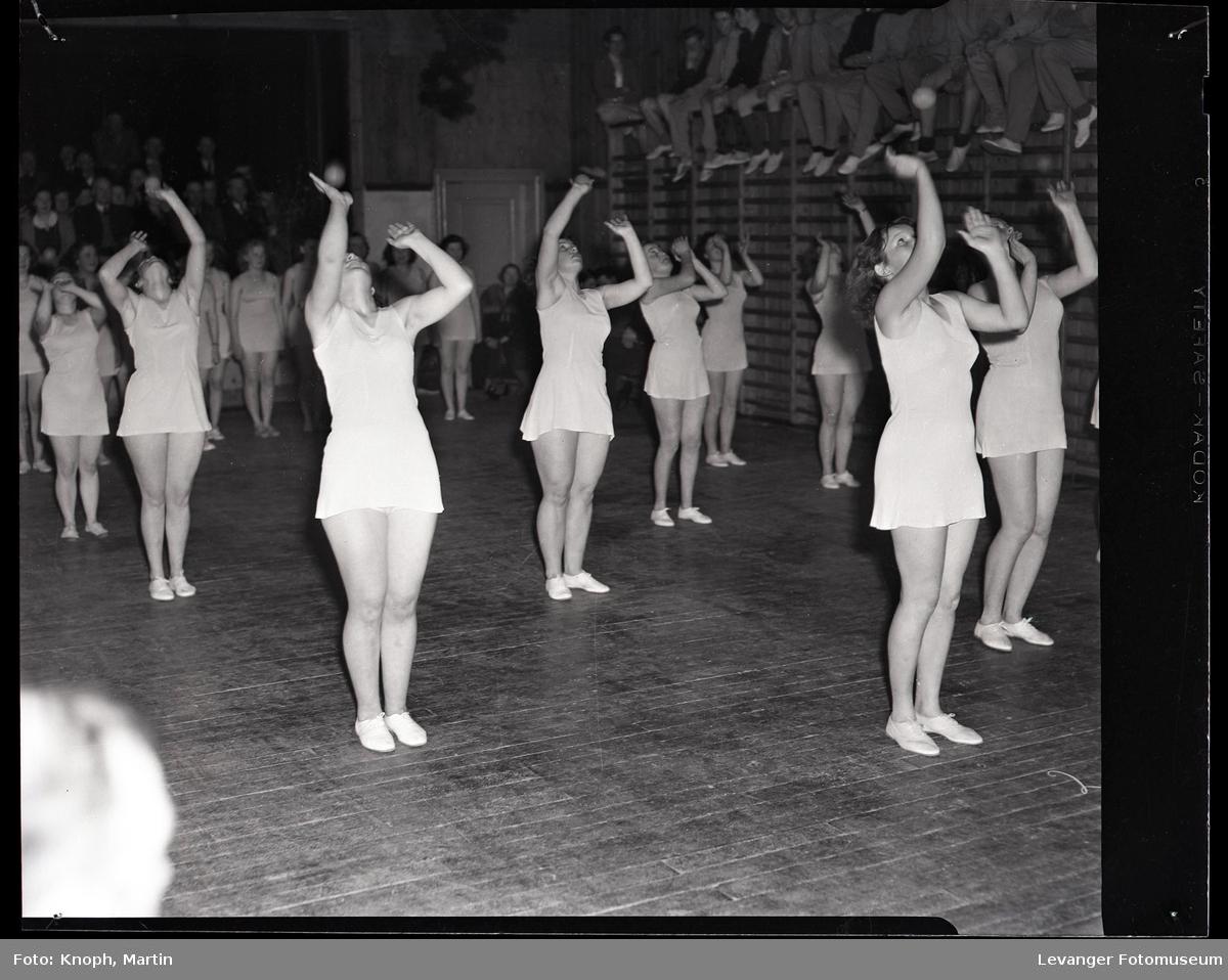 Gymnastikkoppvisning på Sund Folkehøgskole  I