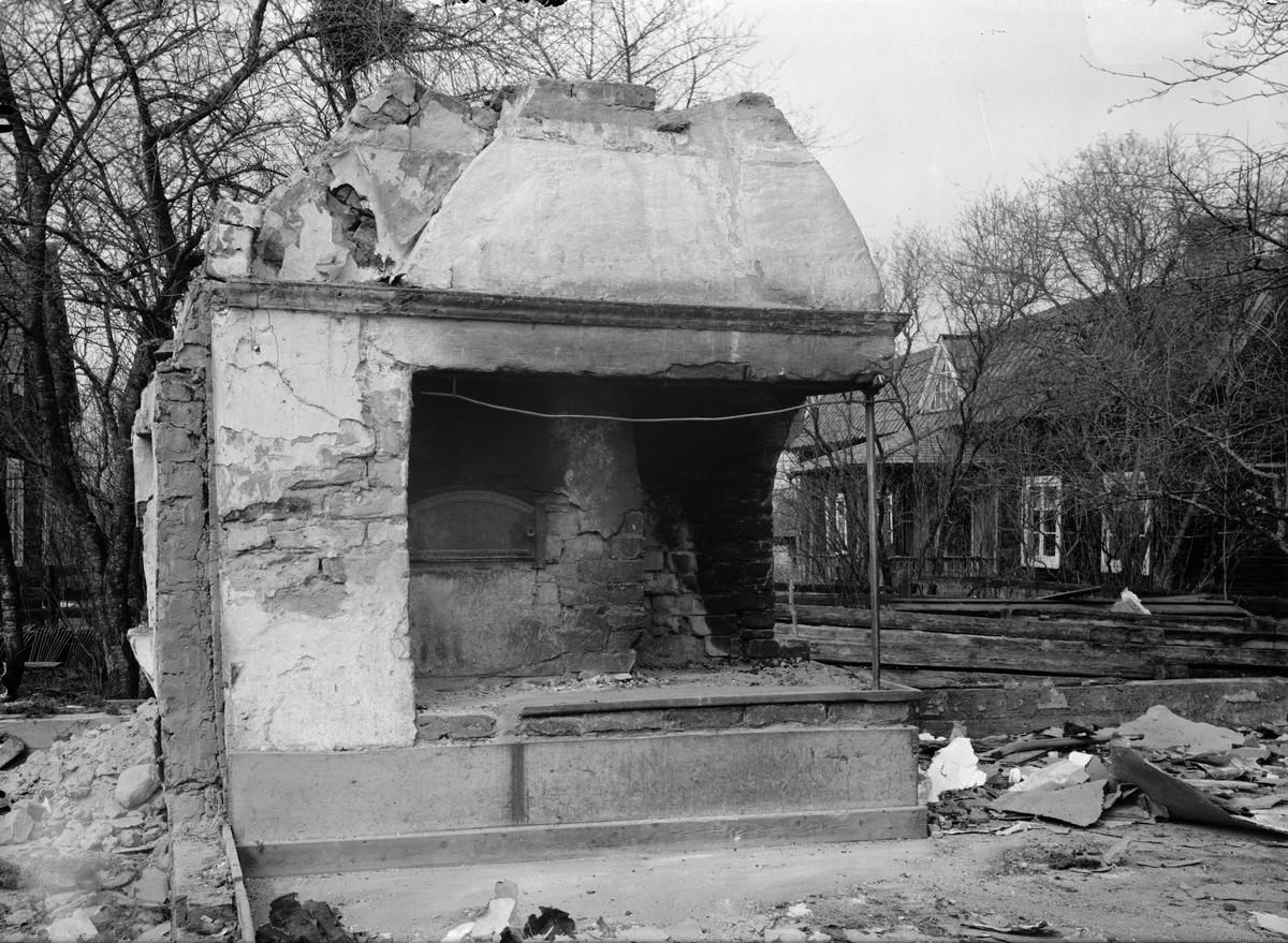 Bärbystugans köksspis, Bärby, Östervåla socken, Uppland i samband med nedmonteringen inför flytten till friluftsmuseet Disagården 1929