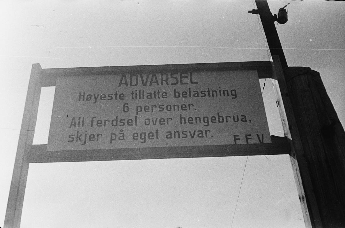 Skjefstadfossen. Heradsbygda, Elverum. Varselskilt ved hengebro.