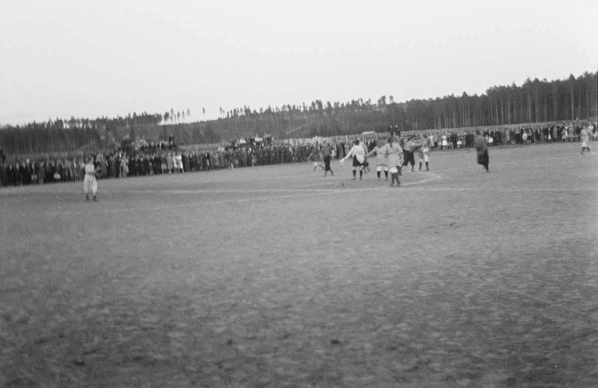 Uhøytidelig fotballkamp. Menn og kvinner. Elverum.