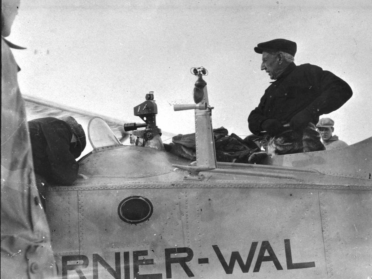 Nærbilde av cockpit til Dornier Wal N-25. En perso i cockpiten