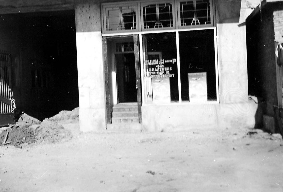 Bygning, tatt utendørs (båskrift på vindu bl.a. Braathens).