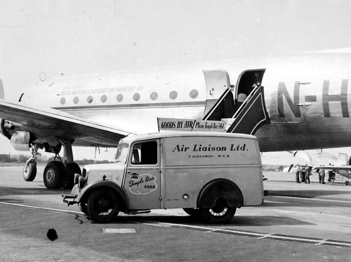 Lufthavn. 1 fly på bakken Douglas DC-4 C-54 Skymaster fra Braathens SAFE. 1 kjøretøy ved flyet.