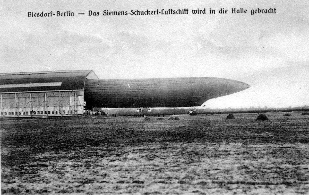 Ett luftskip delvis inne i en hangar, Siemens-Schuckert. ..