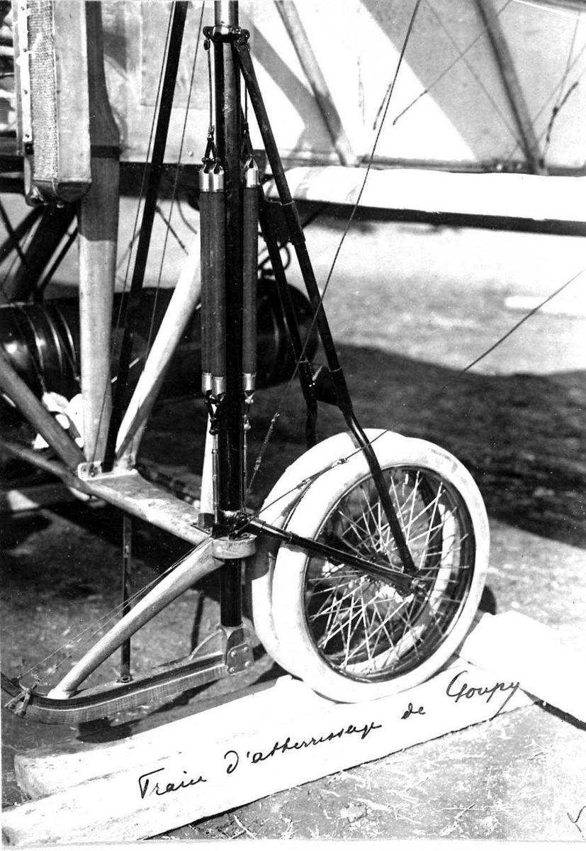 Ett fly på bakken, Goupy. Detaljfoto av understell