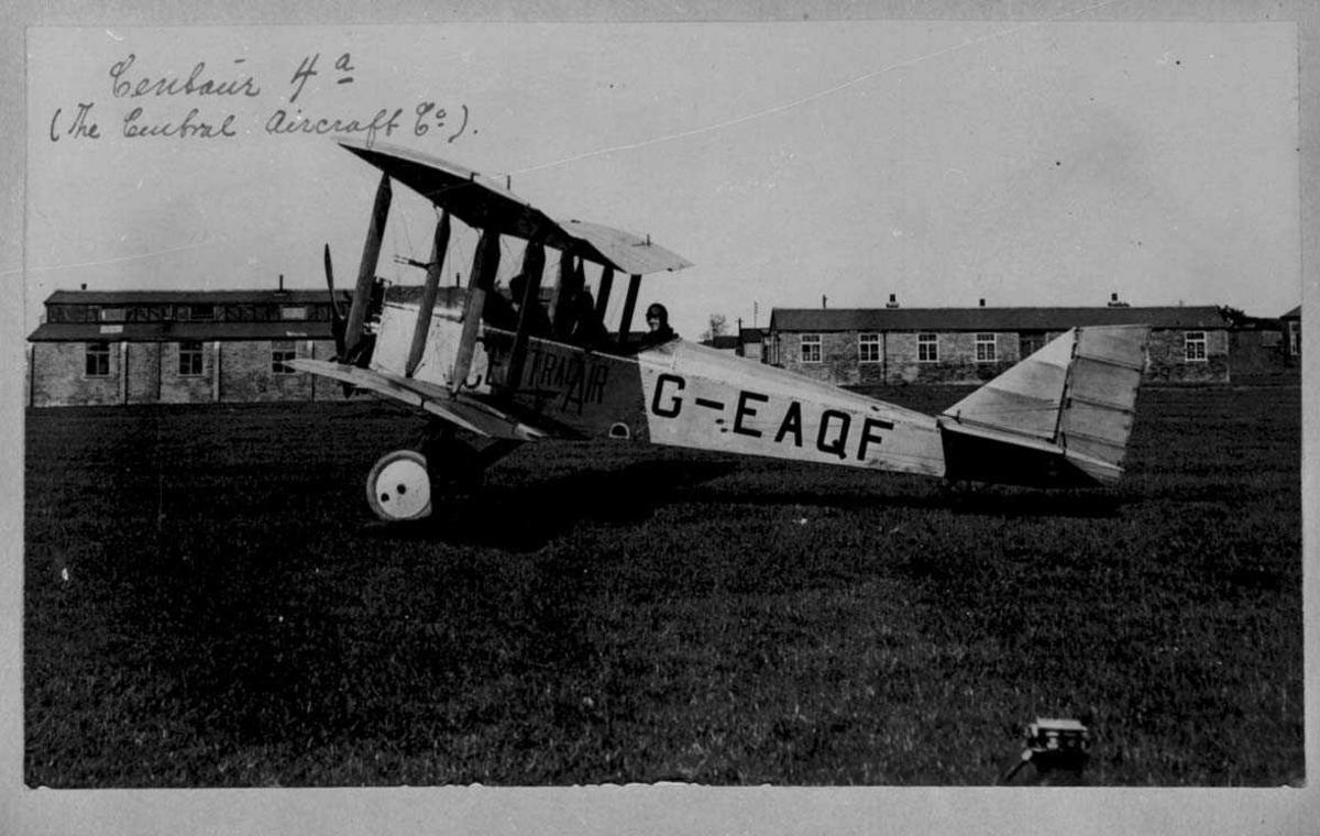 Ett fly på bakken, Centaur 4a, merket G-EAQF. En person, mann, i cockpiten.