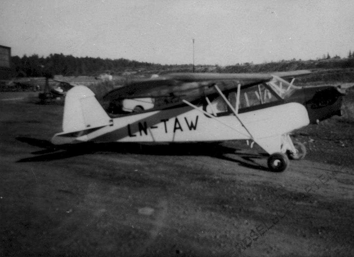 Lufthavn. Ett fly på bakken, Piper J-3C-65 Cub. LN-TAW