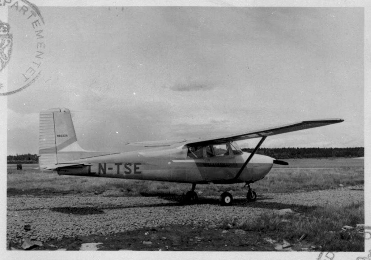 Lufthavn. Ett fly på bakken, Cessna 172. LN-TSE Fra Thor Solberg Aviation.