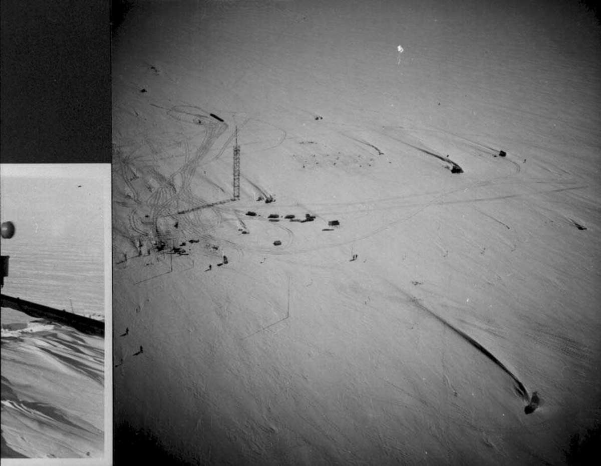 Forskningsstasjon i isødet. Bygningene er skjult av snø, bare radiomastene synes.