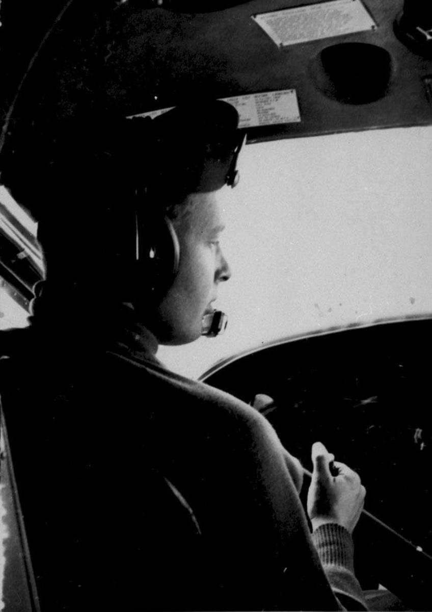 En person, flyger, i cockpiten på en Otter.