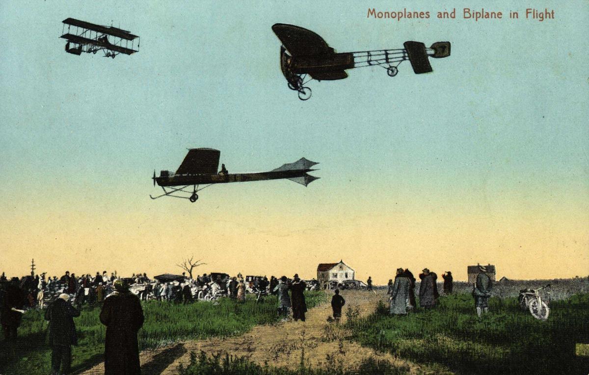 Postkort. Tre fly i lufta. Personer og bygninger under.