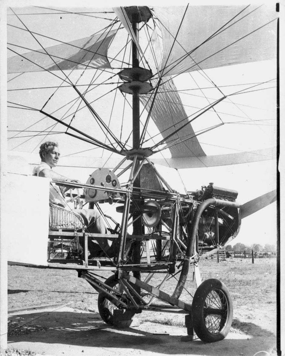 Ett helikopter på bakken. Autogiro??` En person, mann i helikopteret