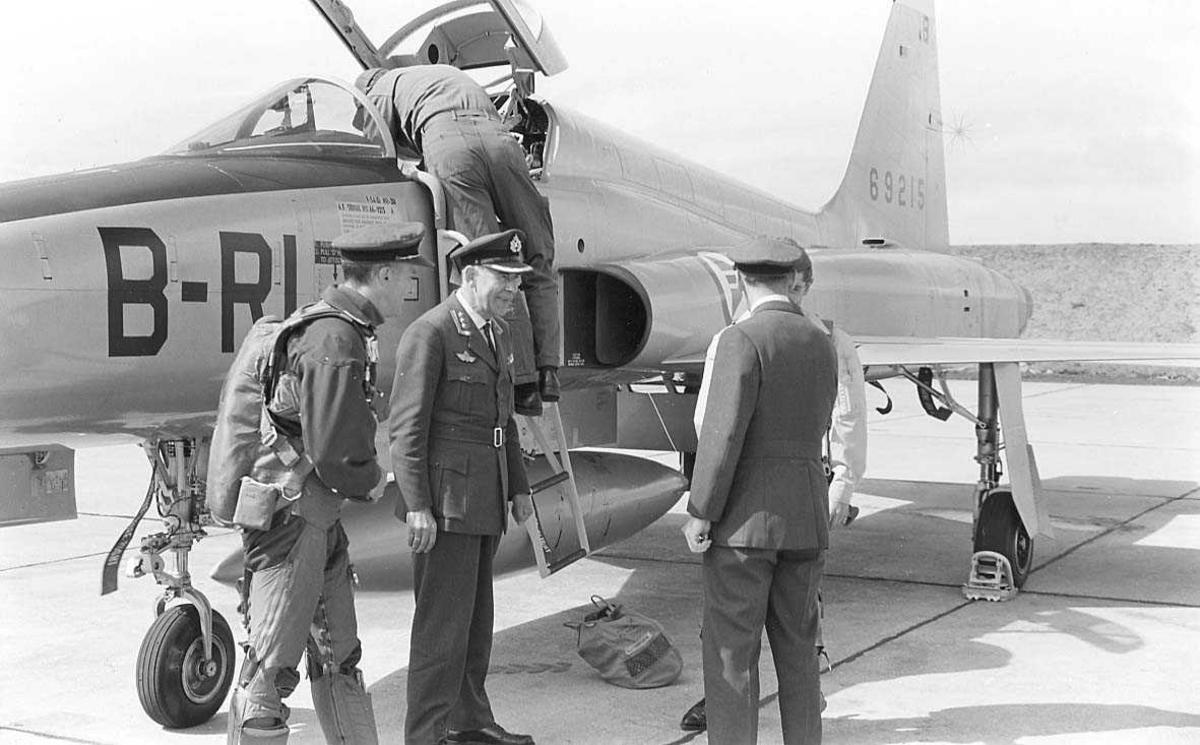Personell ved et jagerfly som nettopp er parkert.