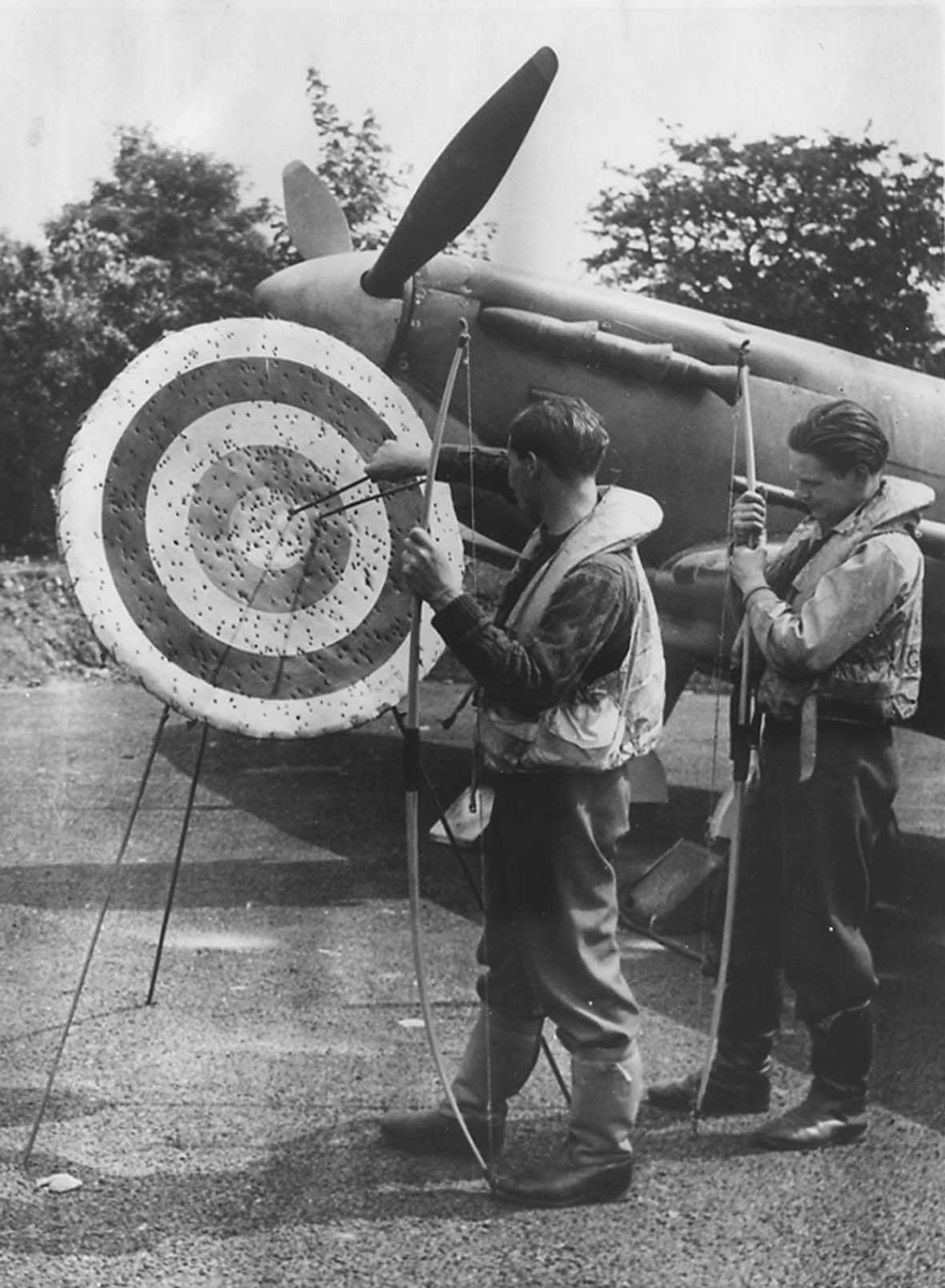 2 jagerflypiloter som trener med pil og bue.
