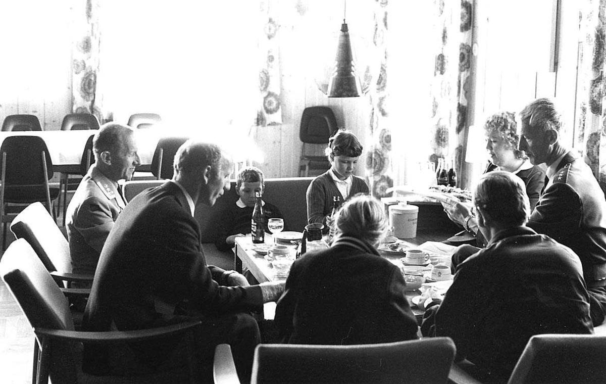 Flere personer samlet rundt et bord.