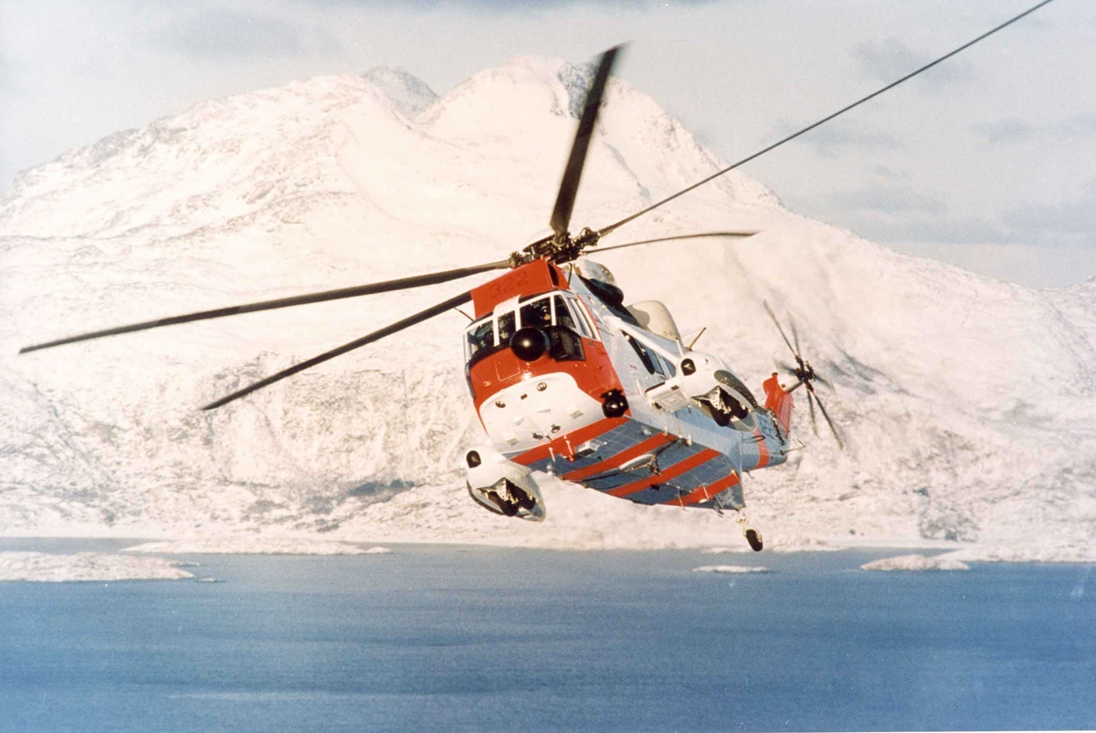 Ett helikopter i lufta, Sikorsky S61 Westland Sea King. 330 skv.