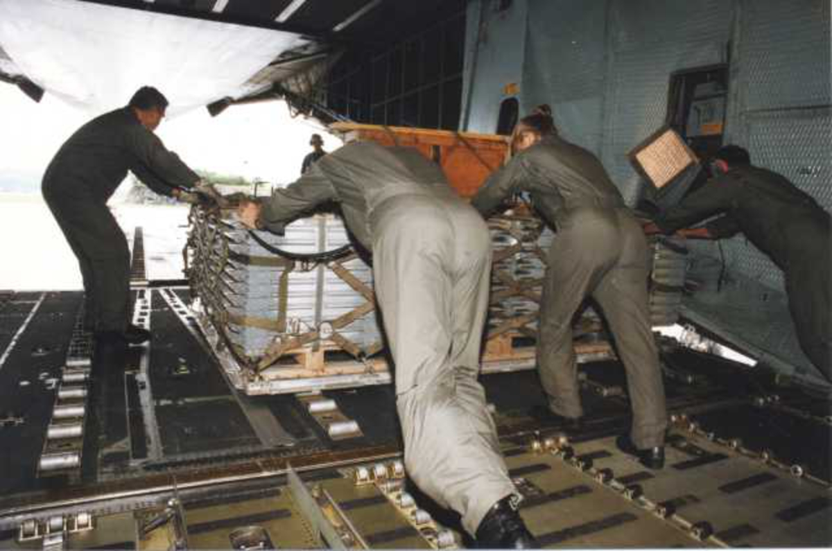 Lufthavn (flyplass) C-5 Galaxy. Fra lasterommet. Fem personer med utstyr/last.