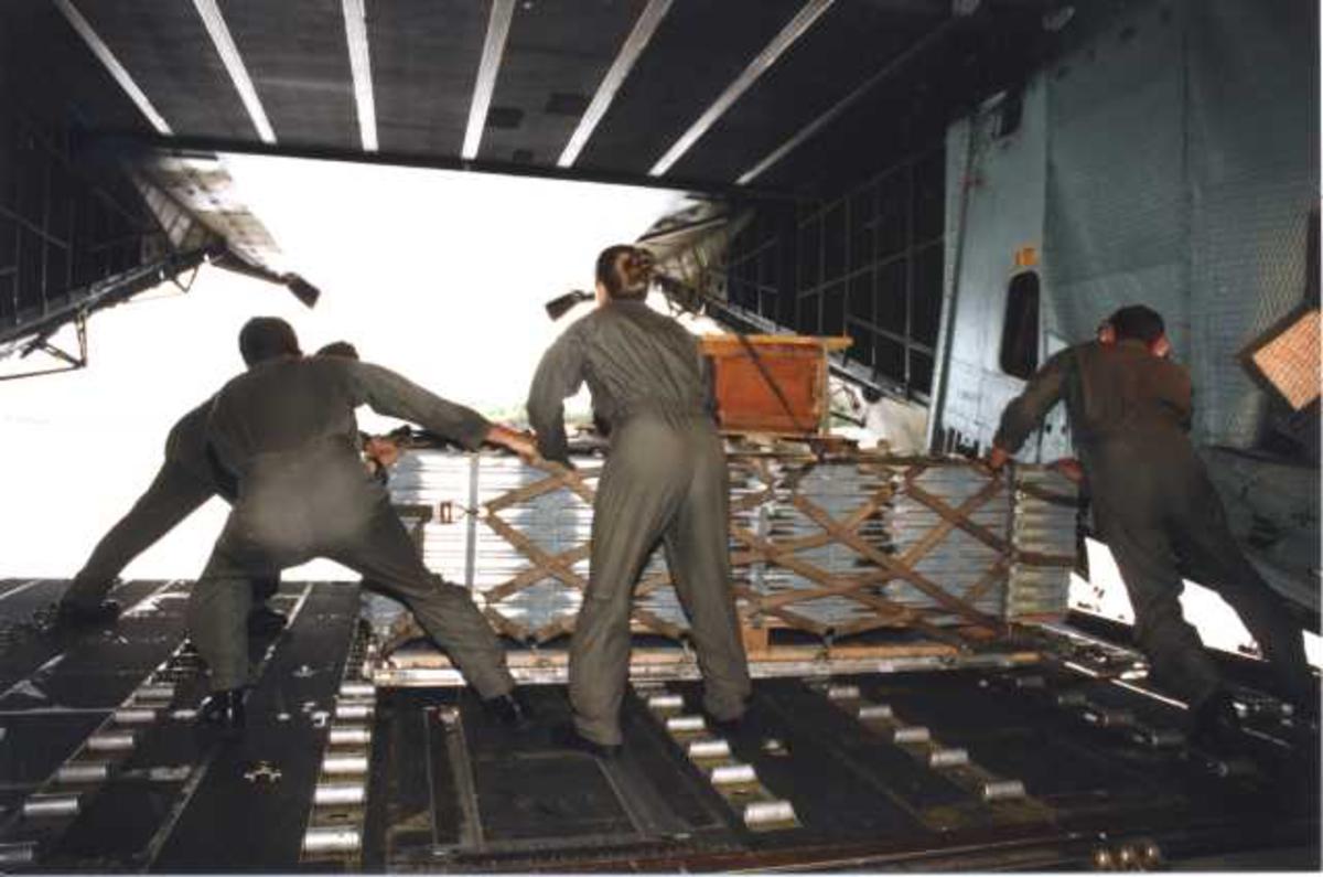 Lufthavn (flyplass) C-5 Galaxy. Fra lasterommet. Tre personer med utstyr/last.