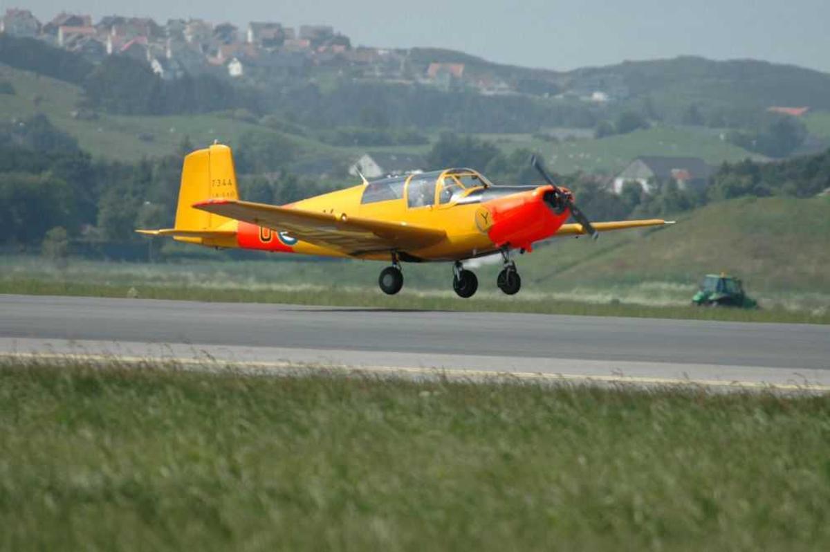 Lufthavn (flyplass). Ett fly på bakken SAAB SAFIR, U-AY (LN-SAO)