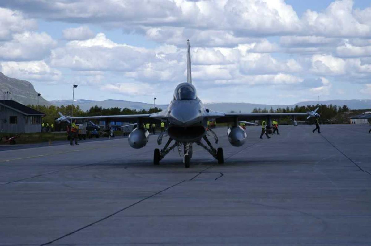 Lufthavn (flyplass). Ett fly på bakken, Mac Donnel Douglas F-16