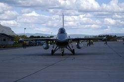 Lufthavn (flyplass). Ett fly på bakken, Mac Donnel Douglas F