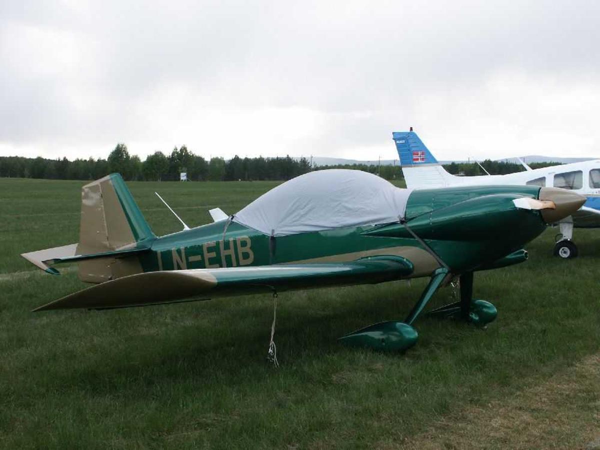 Fly på bakken, i forgrunnen Van's RV-4, LN-EHB.
