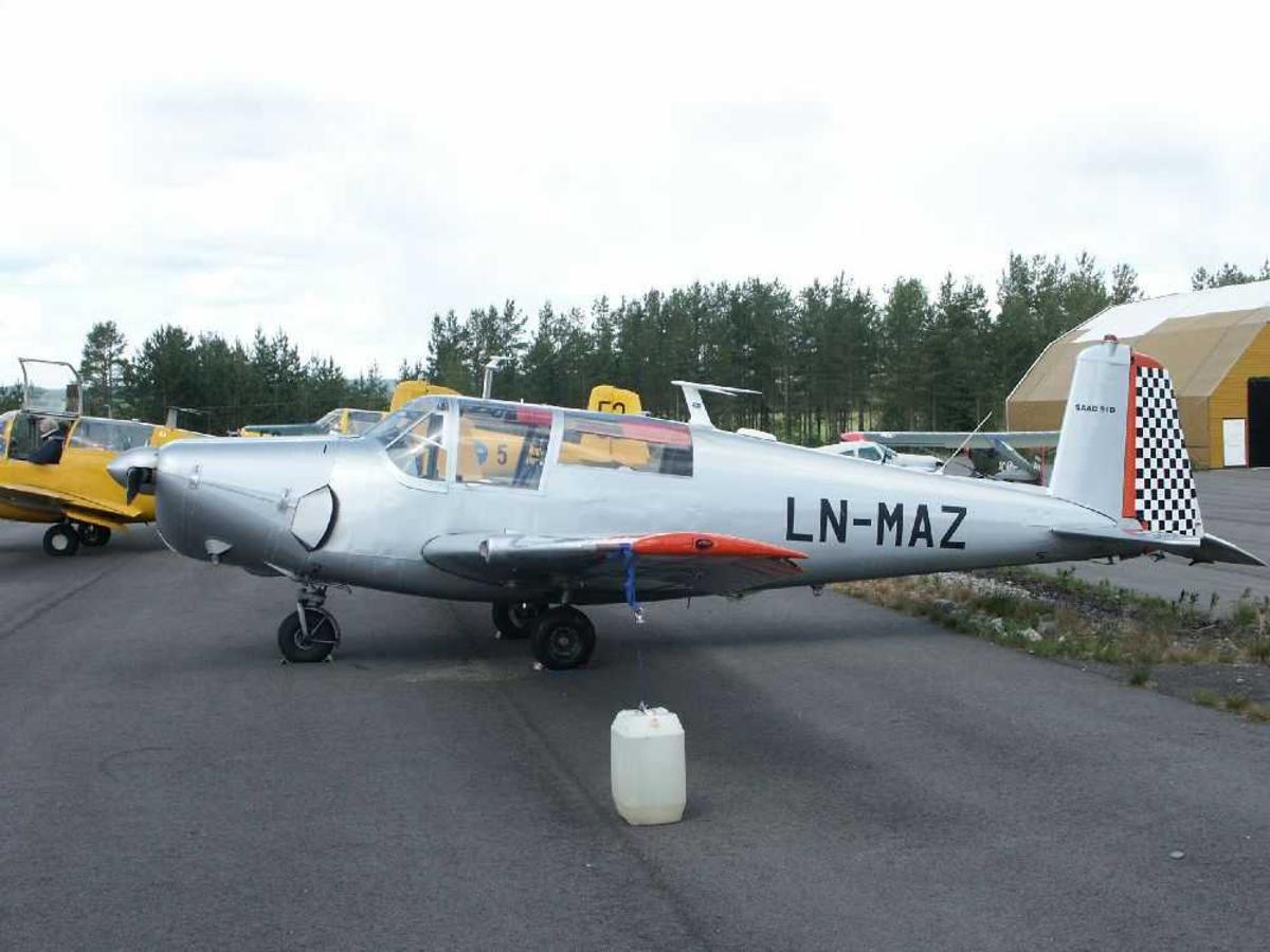 Flere fly på bakken. I forgrunnen Saab 91D Safir, LN-MAZ.