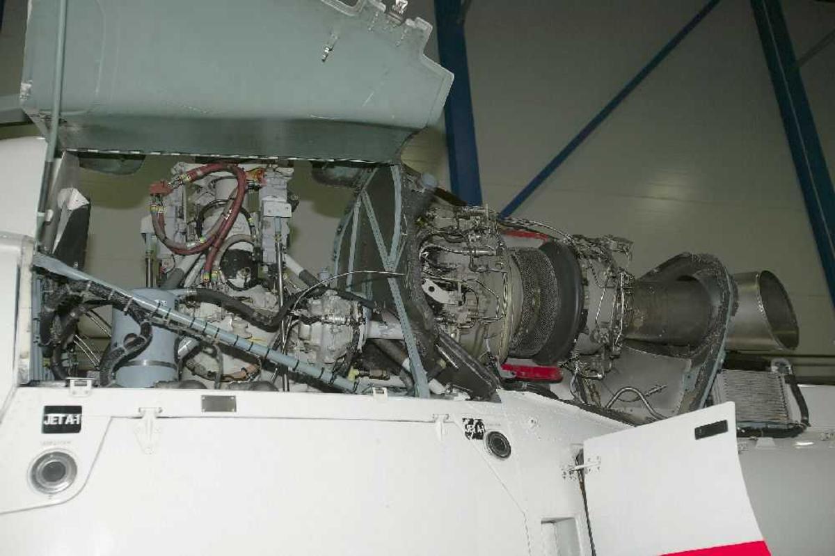 Ett fly inne i bygning (Hangar) Detaljfoto av en av flymotorene.