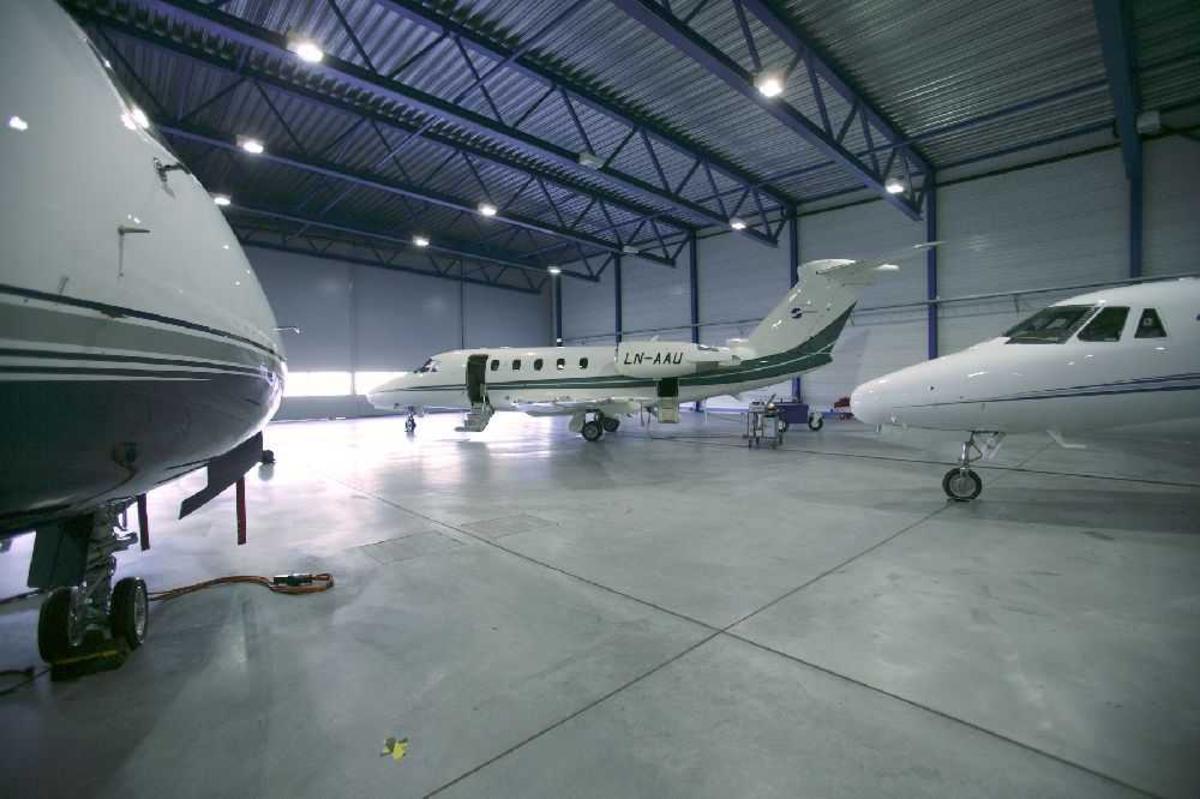 Flere fly inne i bygning (hangar). I bakgrunnen Cessna 650 Citation III, LN-AAU.