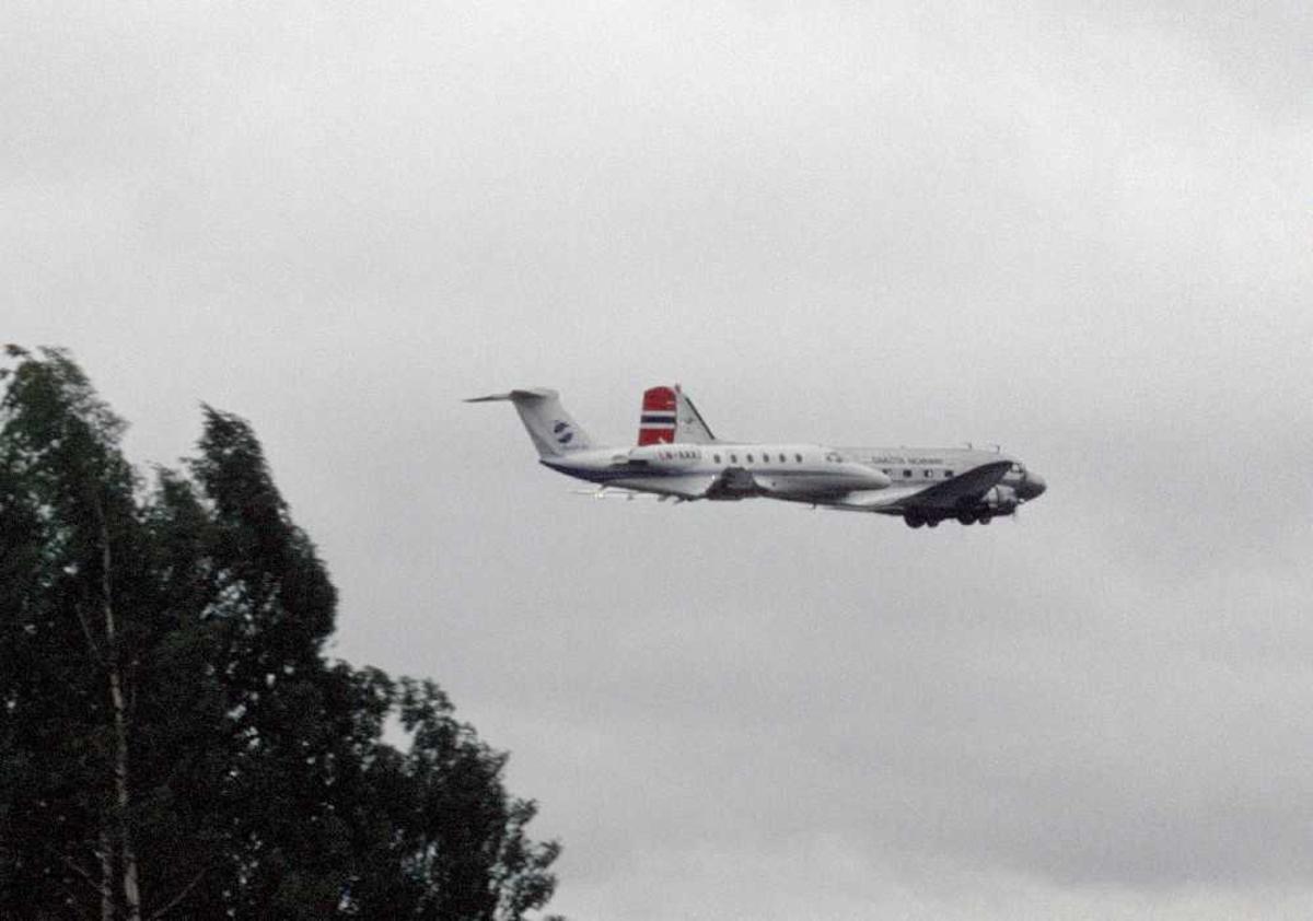 Luftfoto av to fly (side ved side) Cessna og Dakota.