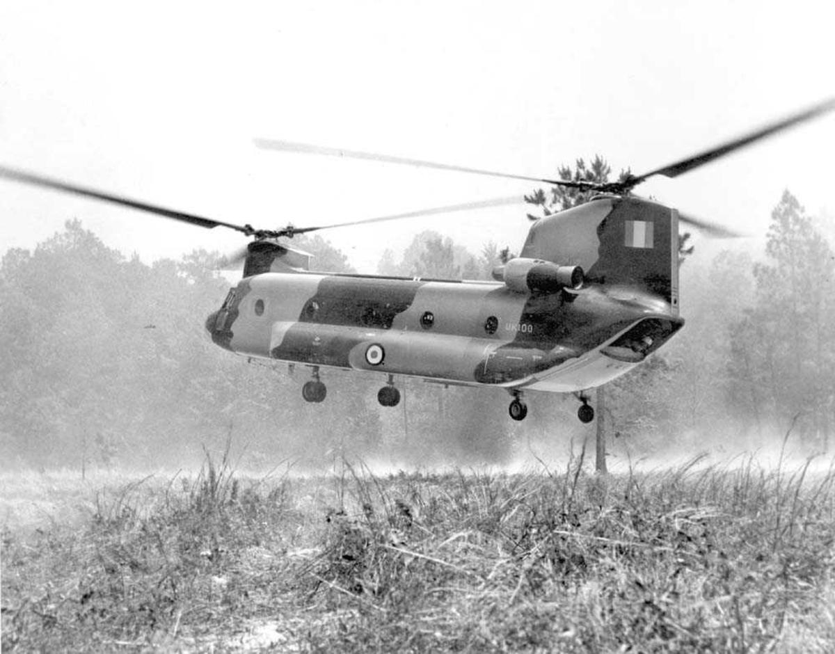 1 helikopter i luften. Boeing Vertol 114 CH-47 Chinook.