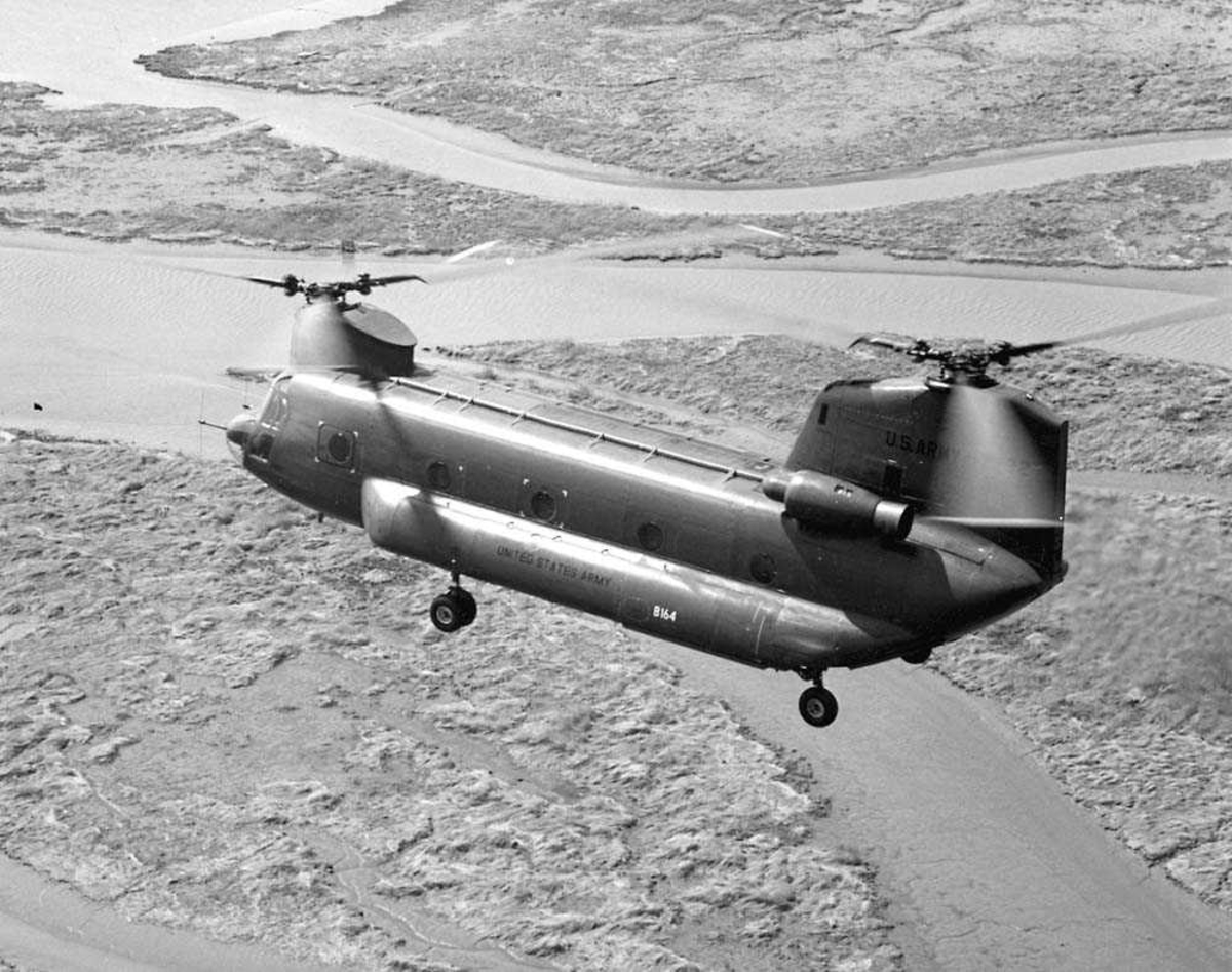 1 helikopter i luften. Boeing Chinook CH-47B.