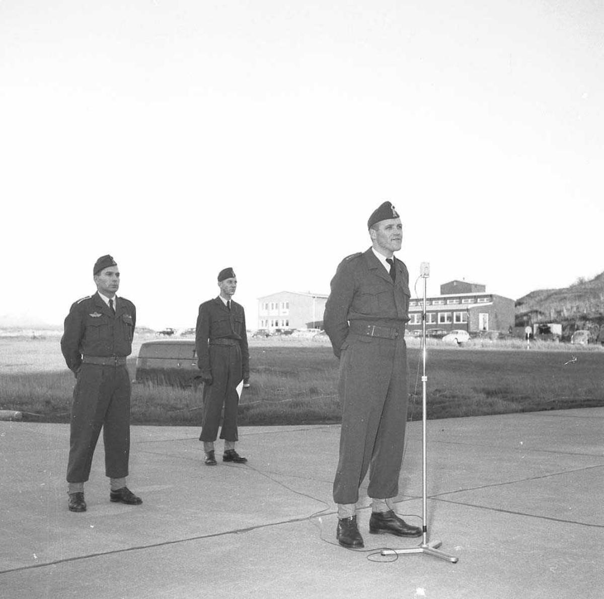 Stasjonsoppstilling ifm Flyvåpenets 15 års dag. Her taler stasjonspresten, Kapt. O. Tysnes (fremst) og bak til venstre sees Oblt. Th. Heine Eriksen.