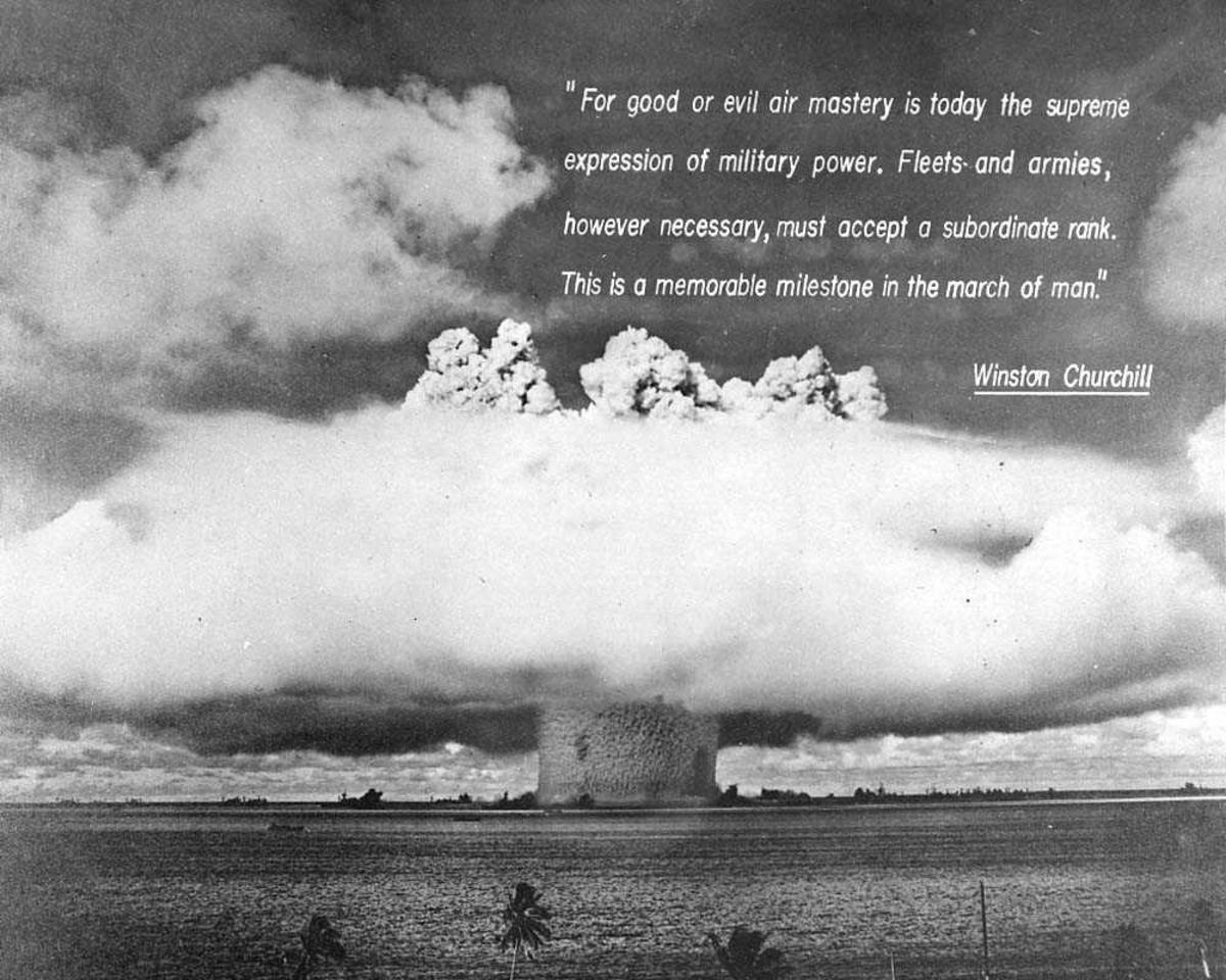 Atombombeeksplosjon. Reproduksjon. Innlagt tekst fra Winston Churchill.