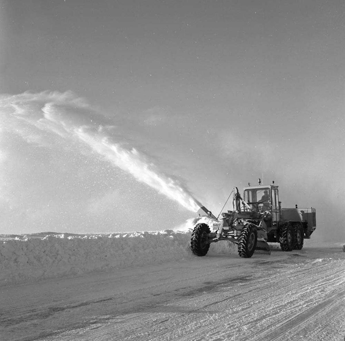 Snøbrøyting av rullebanen på Bodø flystasjon.