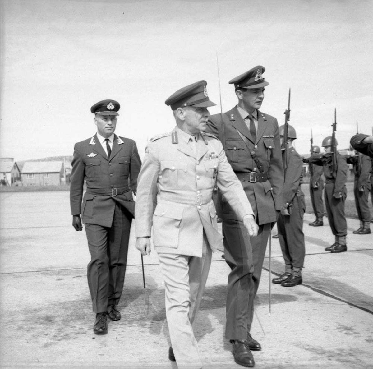 General Darling besøker Bodø flystasjon og inspiserer en oppstilt avdeling.
