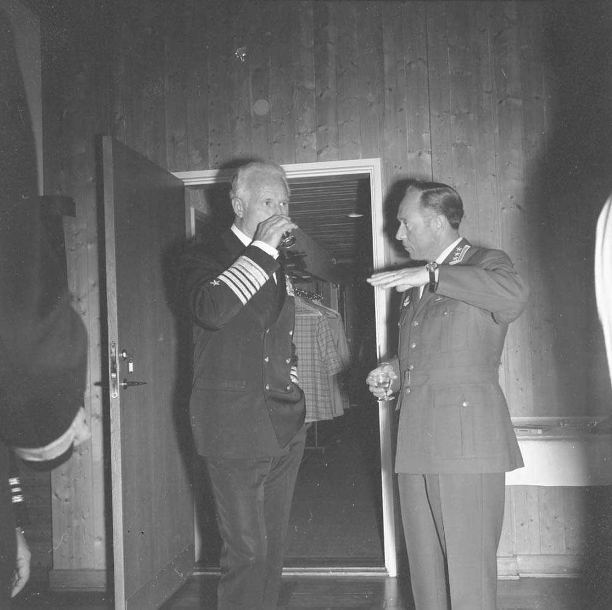 En Admiral fra US Navy besøker Bodø flystasjon. Admiralen til venstre samtaler med Stasjonssjef Oberst K. Bjørge-Hansen.