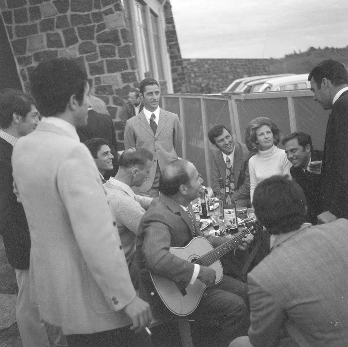 Italiensk skvadron på besøk på Bodø flystasjon. Her er nordmenn og italienere samlet til fest på selve Sankt Hans aften.