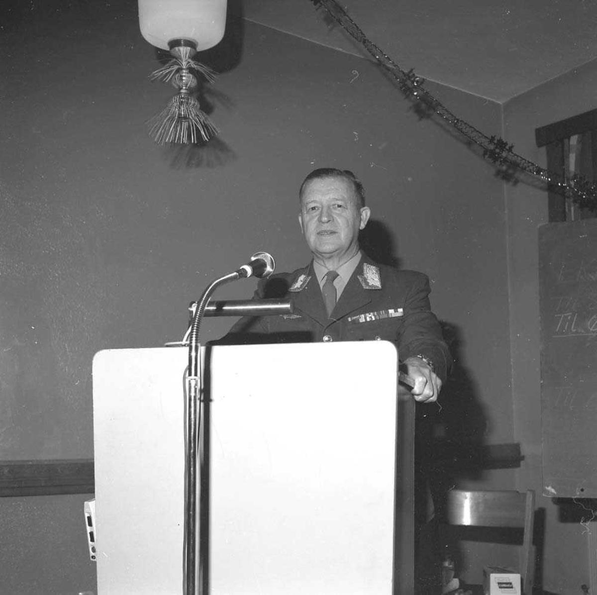 Øverstkommanderende for Nord-Norge (ØKN) Generalløytnant Sverre Ludvig Borgund Hamre holder tale på Bodø flystasjon.