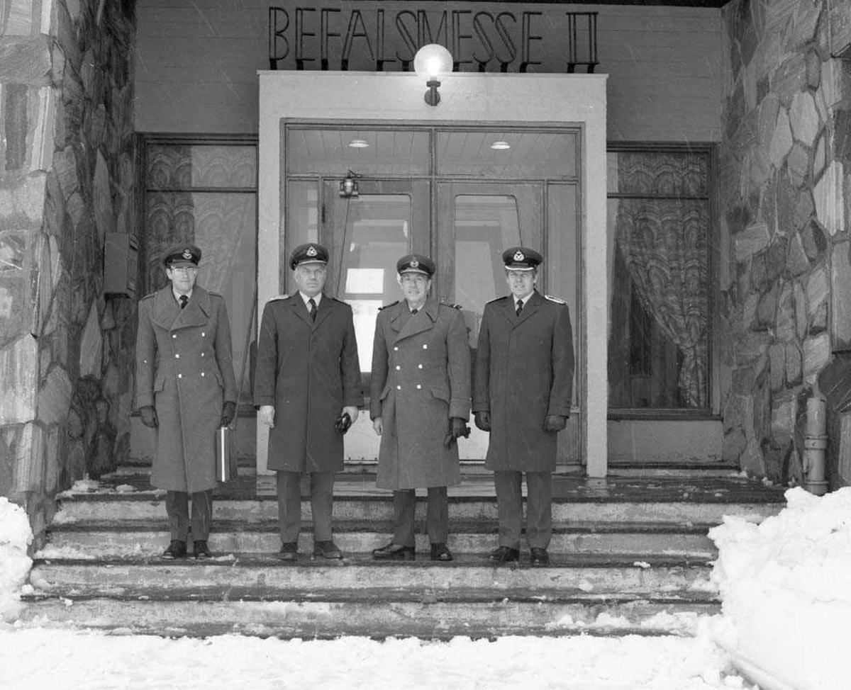 Air Vice Marshal Lock besøker Bodø flystasjon. Her fotografert utenfor Messe II. Fra høyre sees Ob E. Schibbye, Air Vice Marshal Lock og Genmaj H. Wergeland.