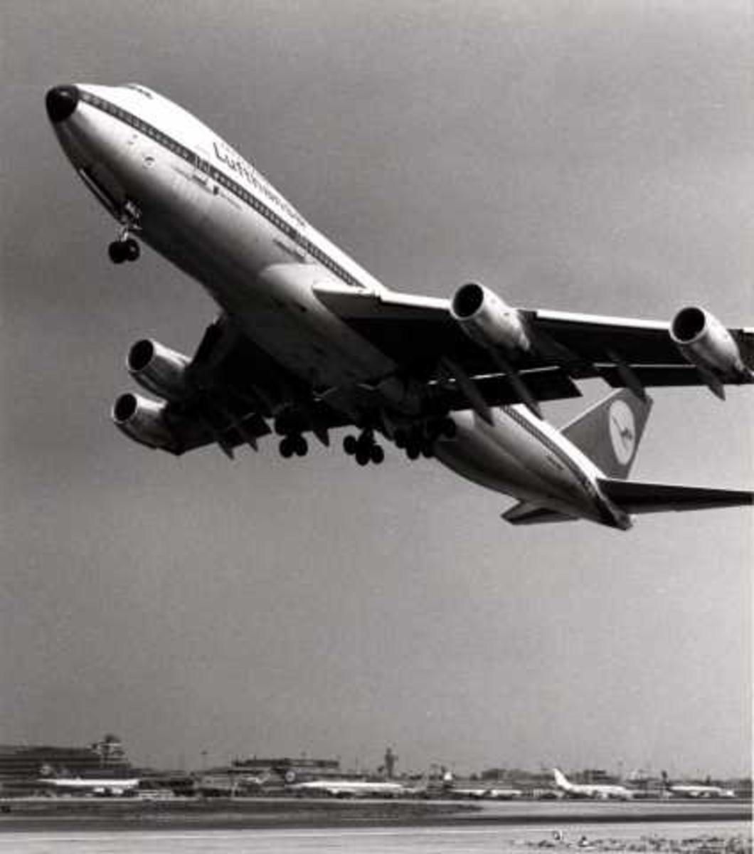 Luftfoto. Ett fly i luften. Boeing 747 D-ABYN
