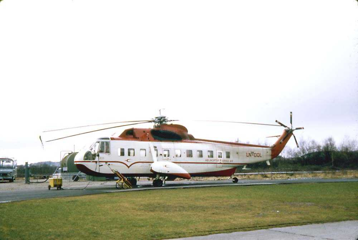 Lufthavn. Ett helikopter på bakken.  Sikorsky S-61N MkII, LN-OQL fra Helikopter Service.