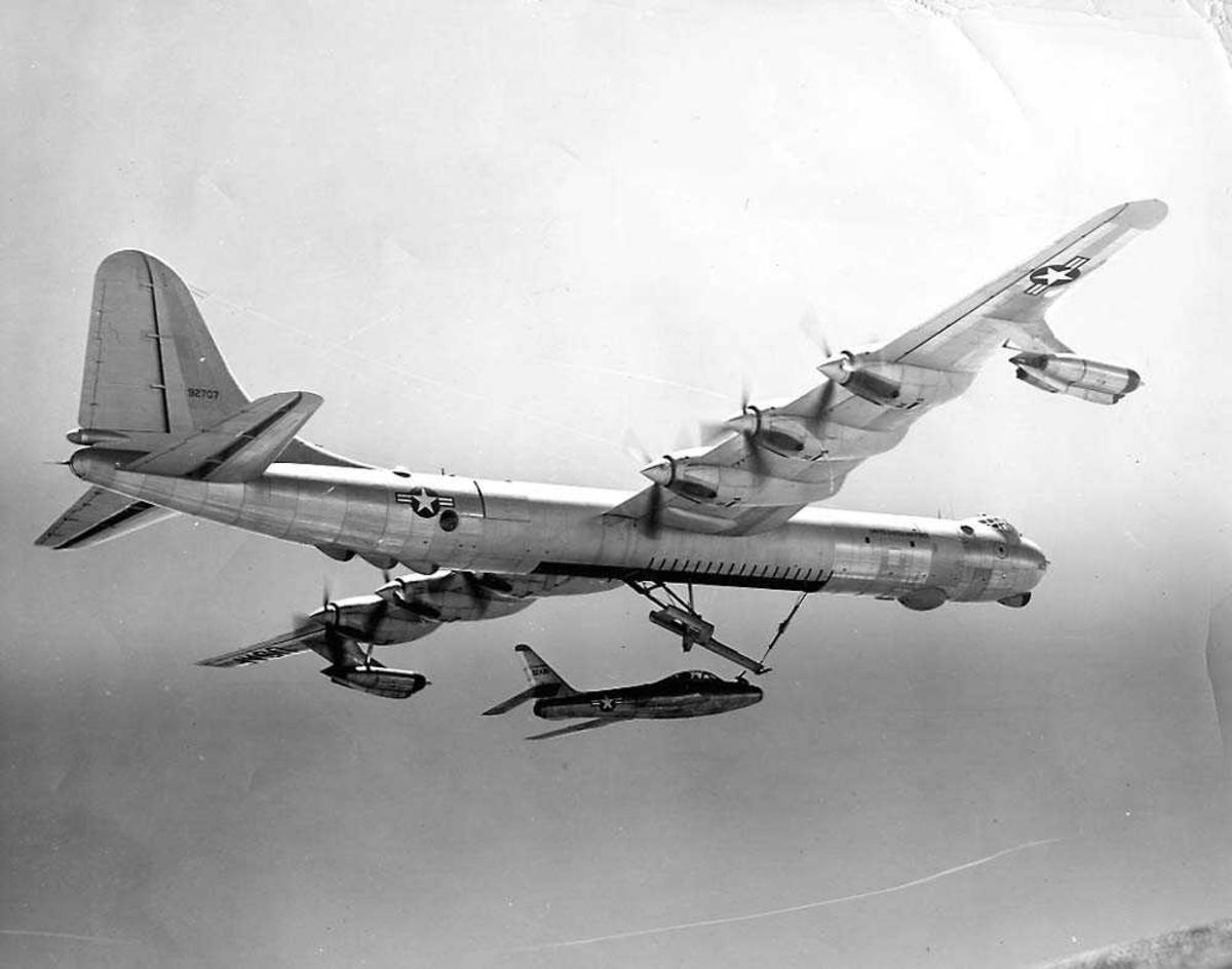Luftfoto. To fly i luften, Convair B-36 og Republic RF-84F.