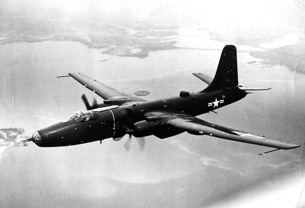 Luftfoto. Ett fly i luften, Martin 219/P4M-1 Mercator.