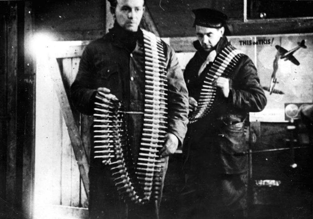 Portrett. To personer som bærer på noe ammunisjon, menn.