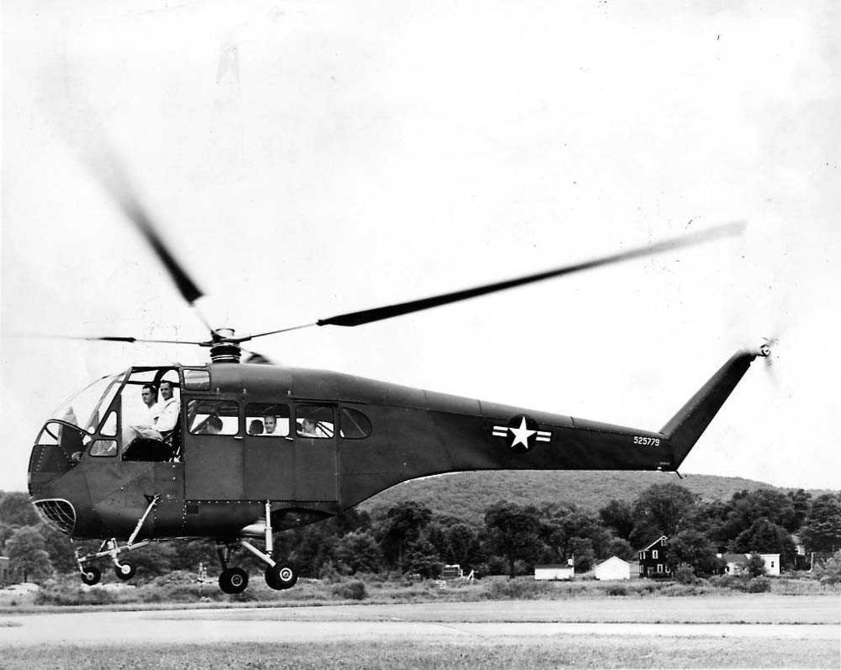 Ett helikopter i luften like over bakken, Doman LZ-5 / YH-31.