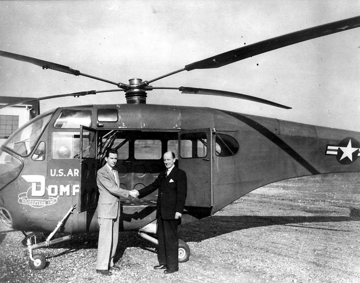 Ett helikopter på bakken, Doman LZ-5 / YH-31. To personer står foran helikoptret.