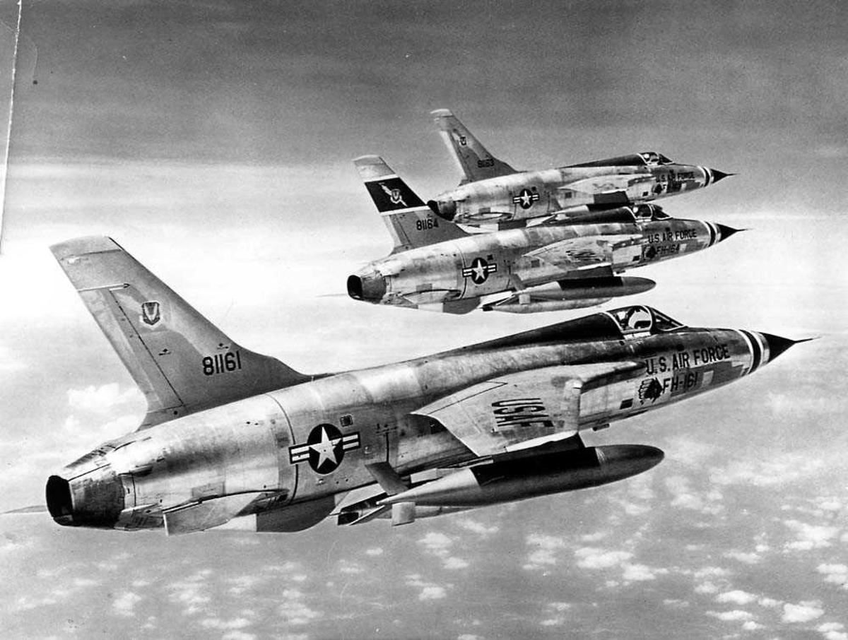 Luftfoto. Tre fly i luften, Republic F-105D Thunderchief fra US Air Force.